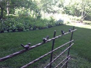 中庭のかわいい小鳥付の柵