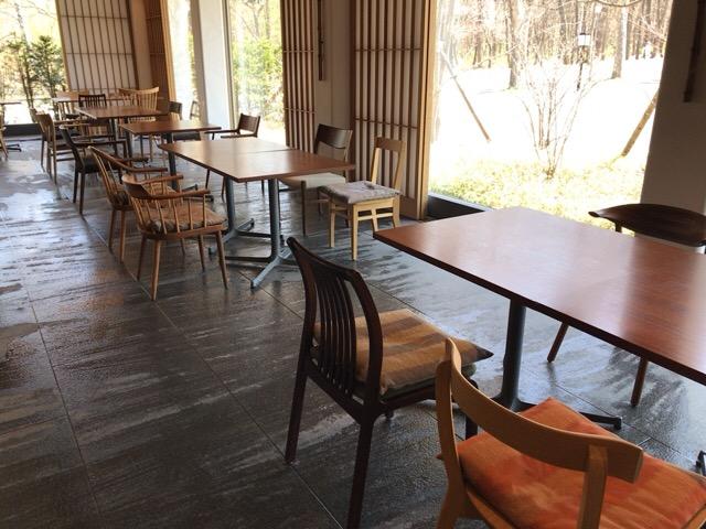 喫茶室のテーブルとイス